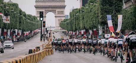 peloton racing on the Champs-Elysées104th Tour de France 2017 Stage 21 - Montgeron › Paris (105km)